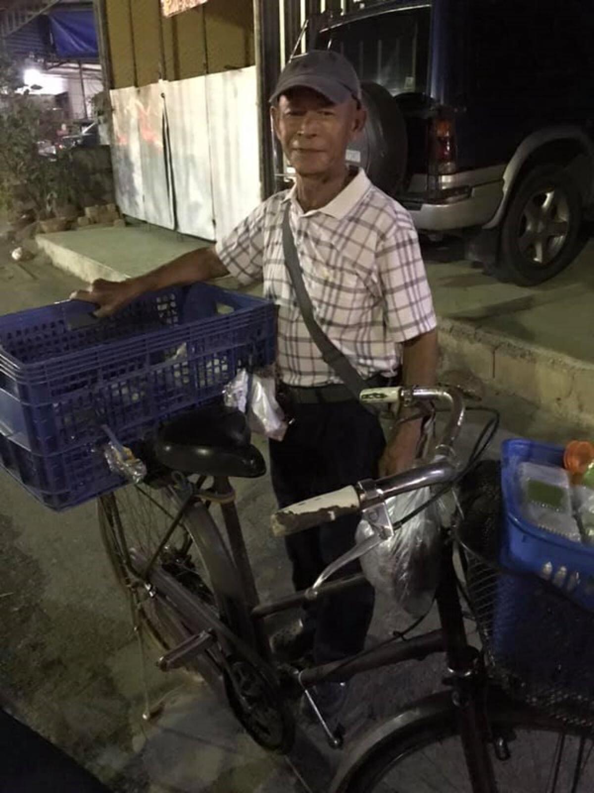 คุณตาปั่นจักรยานขายขนมหวาน แม้สุขภาพไม่แข็งแรง ใครเจอวอนช่วยอุดหนุนที