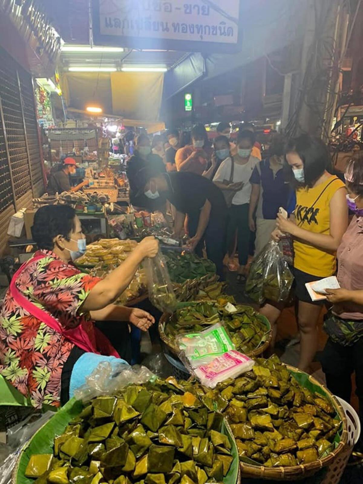 ชาวชลบุรีเข้าคิวต่อแถวยาวเป็นกิโล รอซื้อข้าวต้มมัด-ขนมเทียน ของคุณยาย