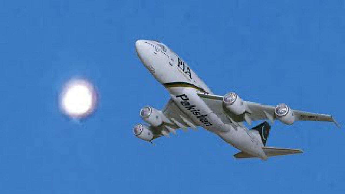 สองนักบิน ถึงกับขยี้ตา หลังพบ ยูเอฟโอที่สว่างมากๆ ช่วงกลางวันแสกๆ