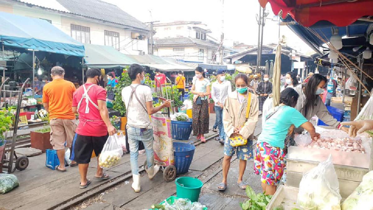 ผู้คนเเห่ซื้อของกักตุนคึกคัก พิษโควิดปิด7วันตลาดทางรถไฟเเละตลาดแม่เน้ย