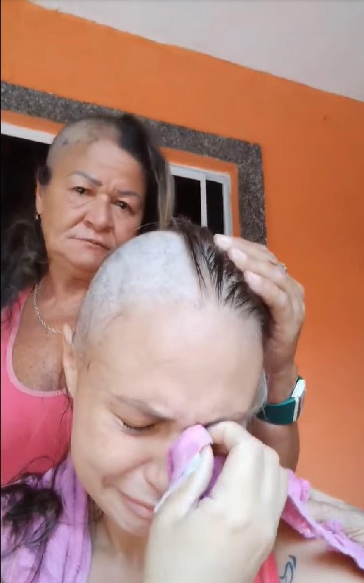 แม่โกนผมให้ลูกสาวเพราะป่วยมะเร็ง ก่อนตัดสินใจโกนผมตามลูกของเธอ