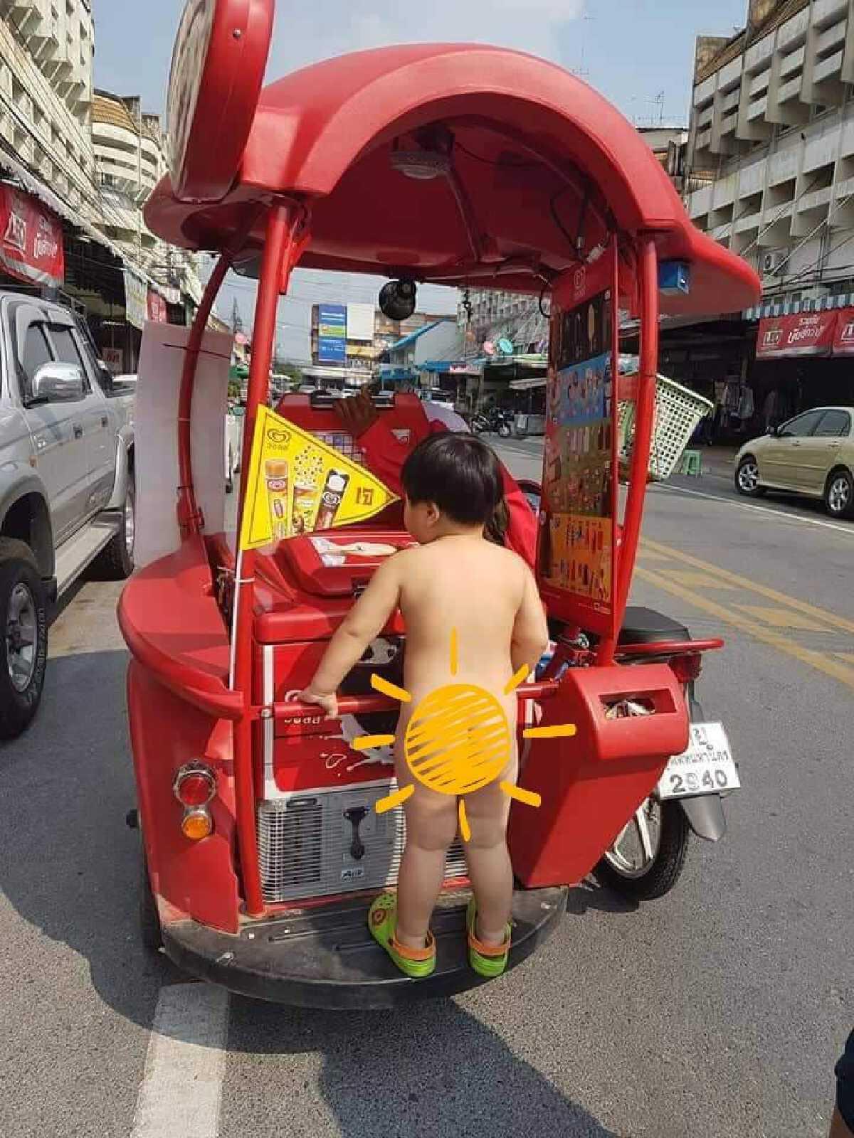 หนูน้อยกลัวไม่ทัน วิ่งแจ้นตามรถขายไอศกรีมแบบไม่ห่วงหล่อ