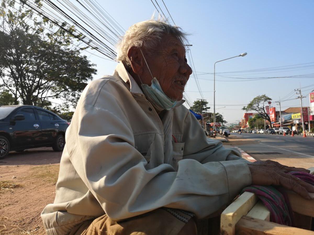 สุดสงสาร คุณตาแบกเก้าอี้ไม้นับสิบตัวเดินขายตามถนน ใครเจอวอนช่วยอุดหนุน