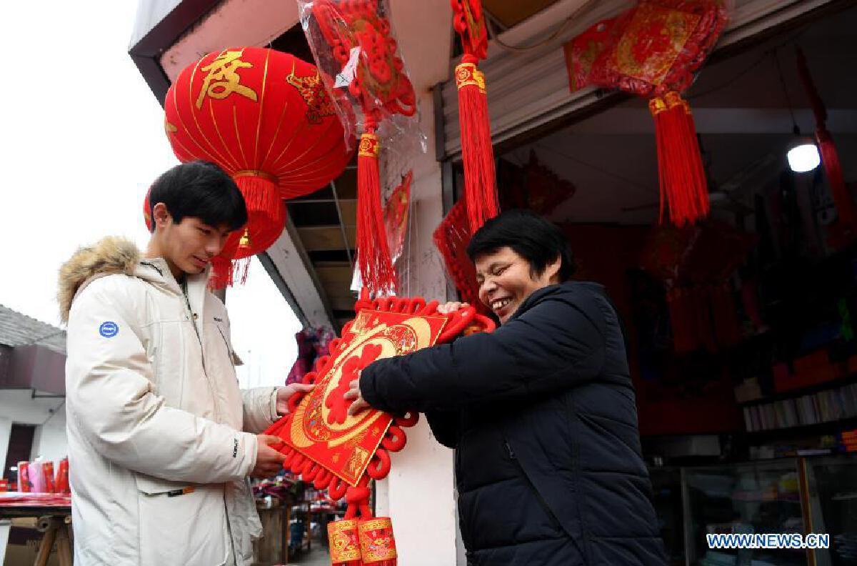 หนุ่มจีนยอดลูกกตัญญู ดูแลแม่ตาบอด ช่วยครอบครัวทุกทาง