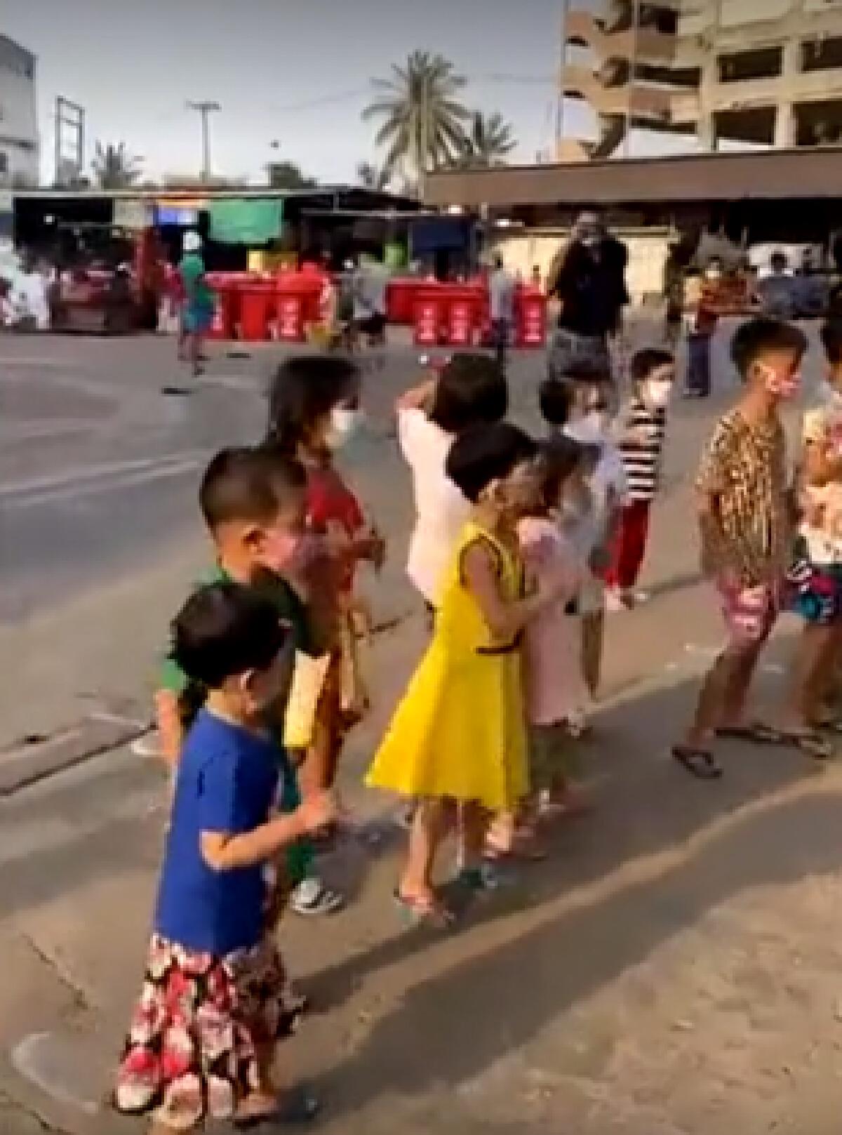 ยิ้มทั้งตลาดสมุทรสาคร นักรบชุดขาวชวนเด็กๆลูกหลานต่างด้าว เต้นแก้เครียด
