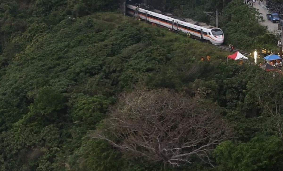 สุดสลด รถบรรทุกร่วงจากบนอุโมงค์ กระแทกรถไฟไต้หวันตกราง ดับ 50 บาดเจ็บ 146 ราย