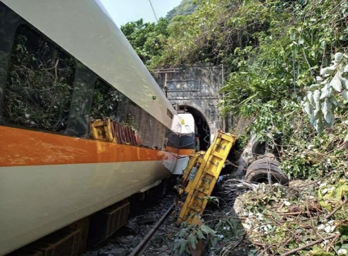 เป็นอีกหนึ่งเหตุการณ์สะเทือนขวัญ รถบรรทุกในประเทศไต้หวัน ร่วงลงมาจากด้านบนของอุโมงค์ ปะทะเข้ากับรถไฟในไต้หวันตกรางและพุ่งชนผนังอุโมงค์ ในเมืองฮัวเหลียนบนเกาะไต้หวัน
