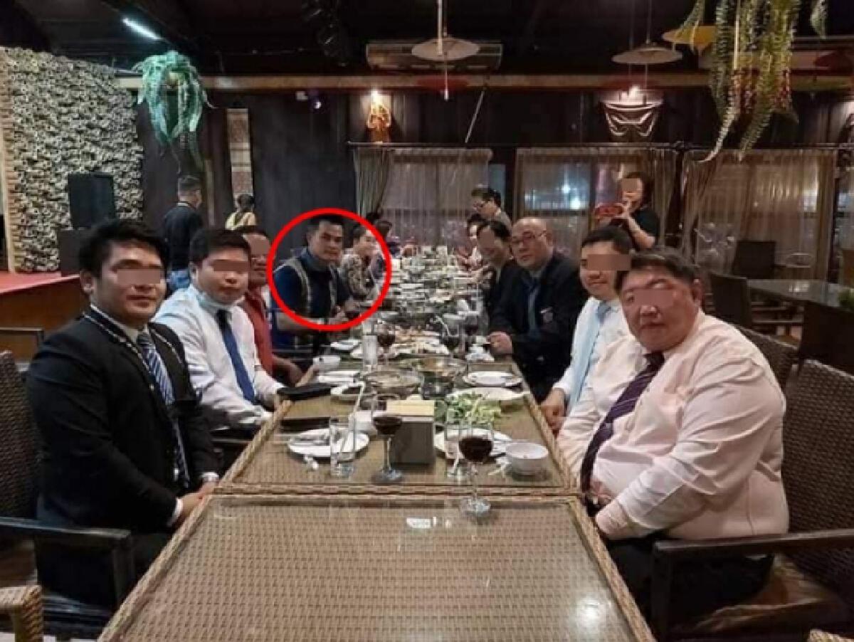 ชาวเน็ตแฉภาพ ชายหน้าคล้าย ผู้ต้องหาคดีน้องชมพู่ เคยร่วมโต๊ะอาหารกับคนดัง