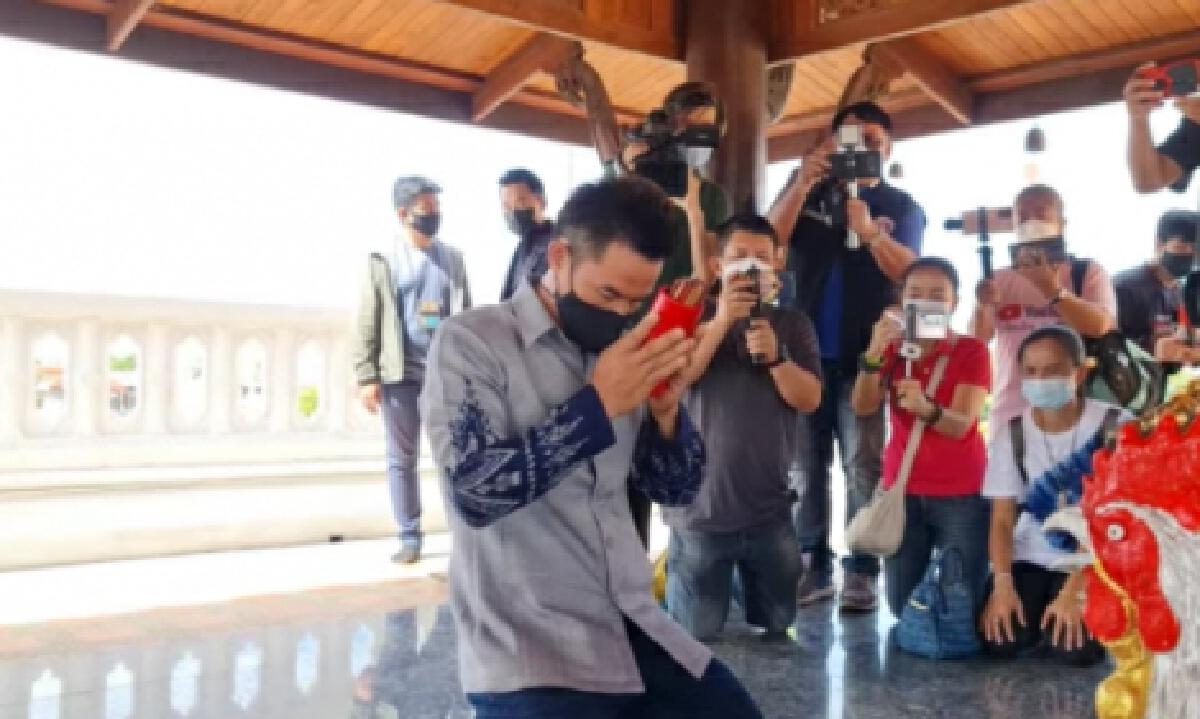 ชาวบ้านฮือฮา เลขเซียมซี ลุงพล หลังเดินสายทำบุญกับ ทนายตั้ม ก่อนพาเข้าสภาฯ