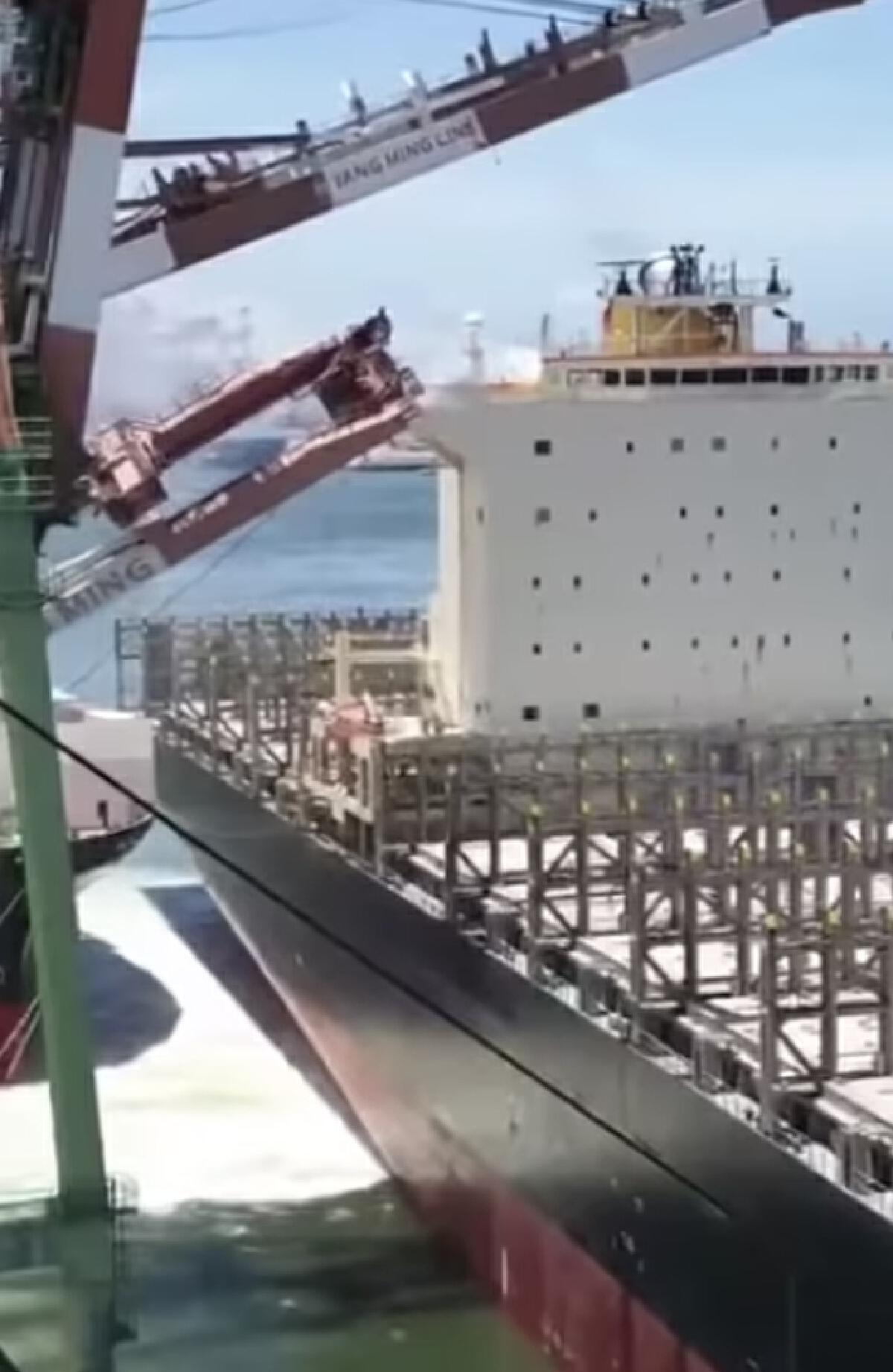 สุดระทึก เรือขนตู้คอนเทนเนอร์ ชนท่าเรือ ทำเครนพังถล่ม หนีเอาชีวิตรอดวุ่น