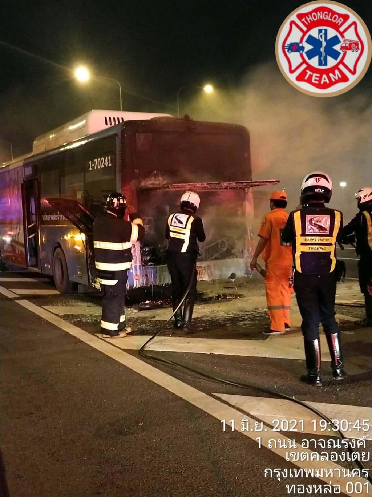 รถเมล์ไฟไหม้บนทางด่วนทางขึ้นท่าเรือ