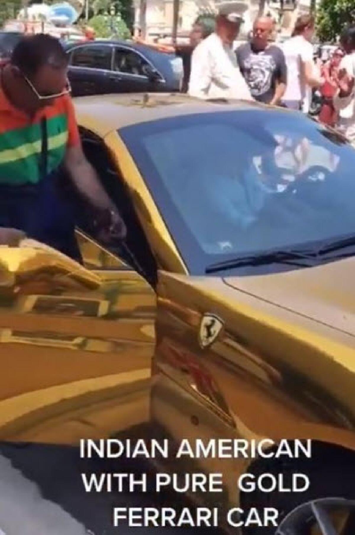 เศรษฐีอินเดียขับเฟอร์รารี่ทองอร่าม อวดให้คนมองทั้งถนน แต่โซเชียลดันขำ