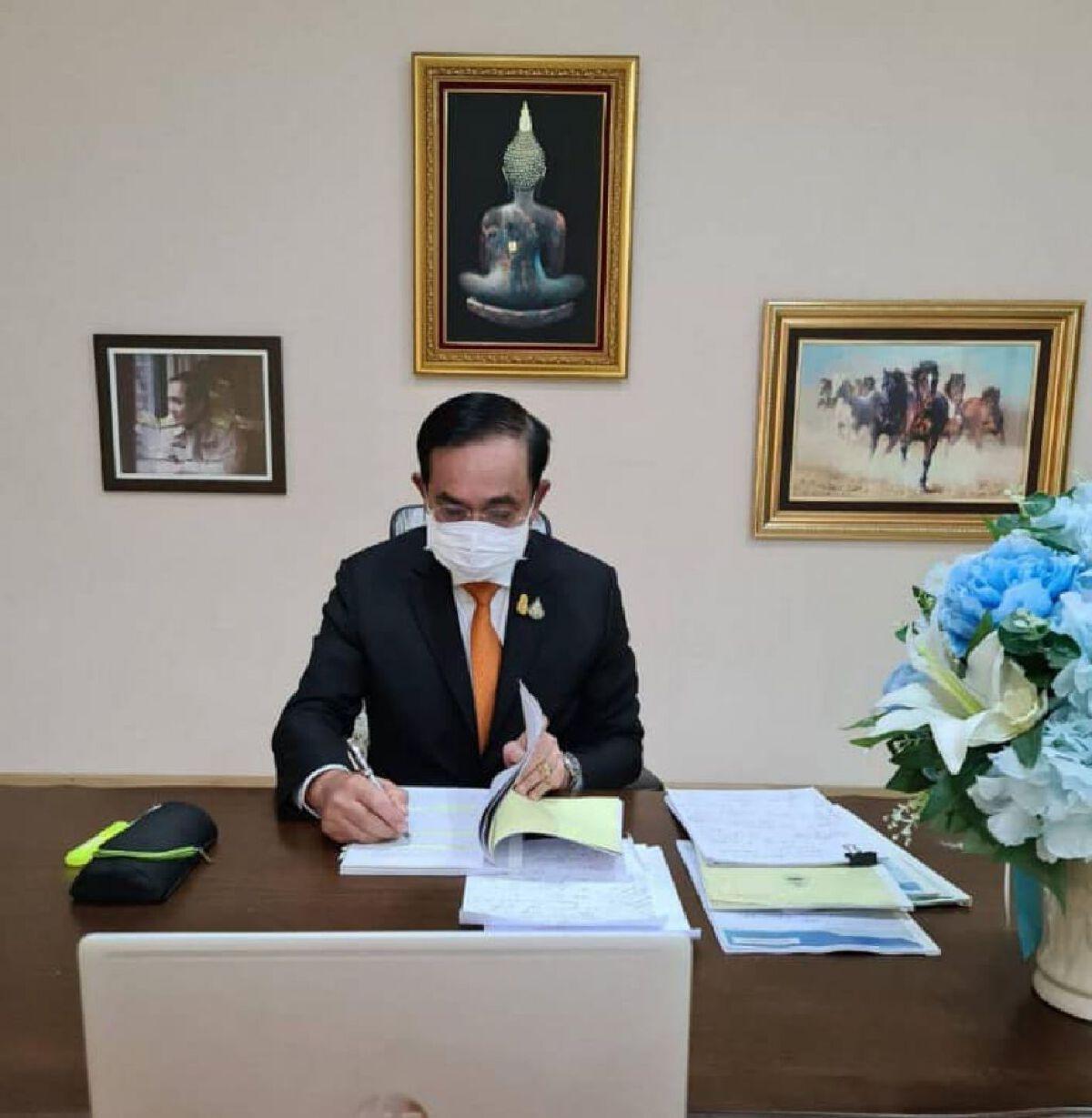 พล.อ. ประยุทธ์ จันทร์โอชา  นั่งทำงาน