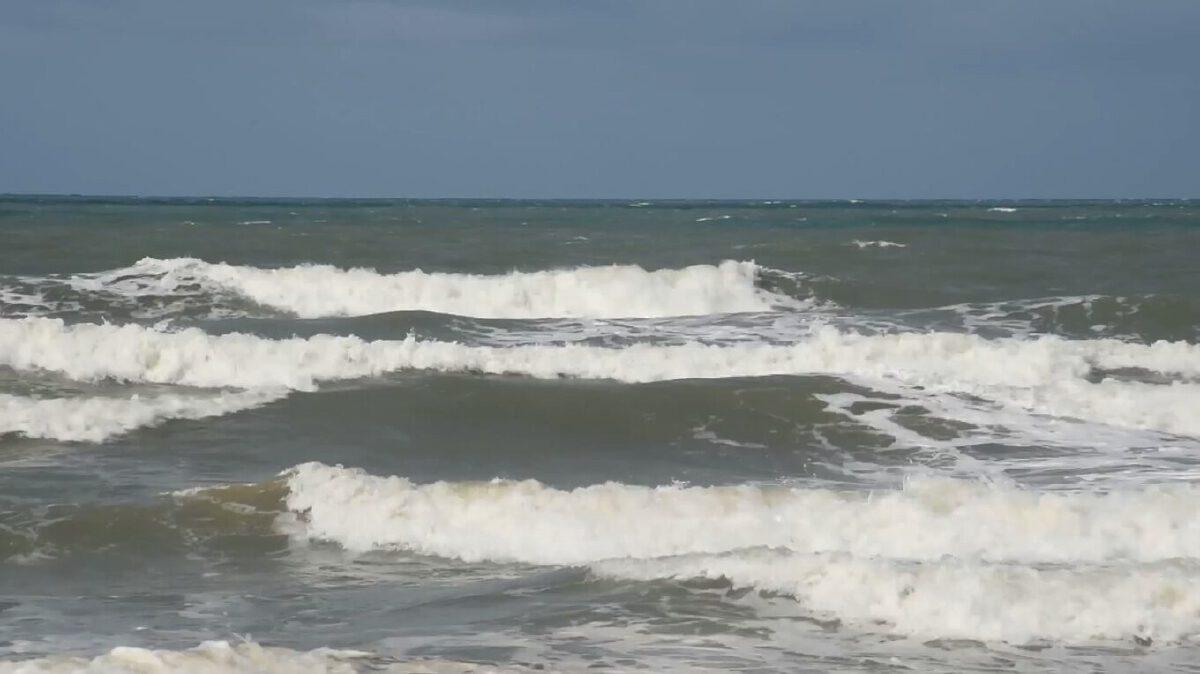 หนุ่มช่างภาพ แฟนบิวตี้บล็อกเกอร์ ถูกคลื่นซัดจมทะเล หาดเจ้าหลาวเสียชีวิต