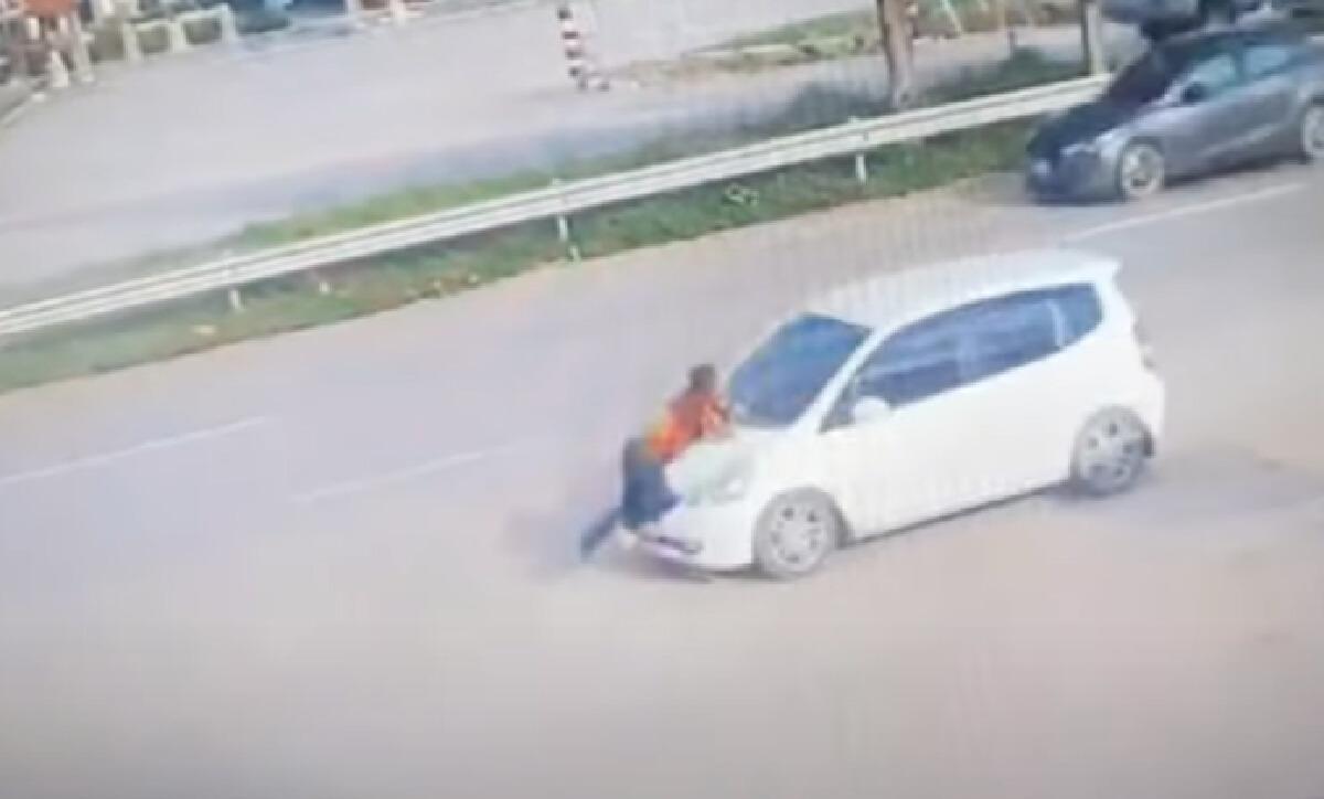 ฃนายธนะสิทธิ์ หรือ ชัช วัย 59 ปี  กระโดดขวางหน้ารถที่น.ส.เกตุฤดี หรือ เกตุ วัย 27 ปี เป็นคนขับ