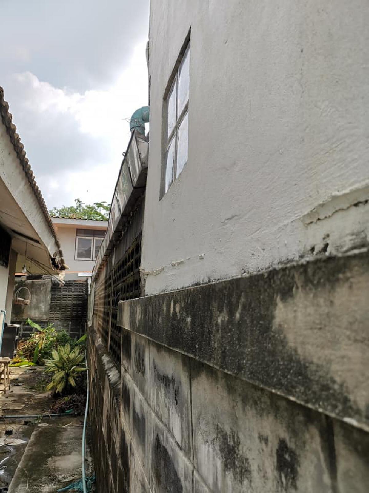 เจ้าของบ้านสุดทน เจอเพื่อนบ้านแสบ ต่อเติมติดรั้ว รางน้ำล้นเข้ามาในบ้าน