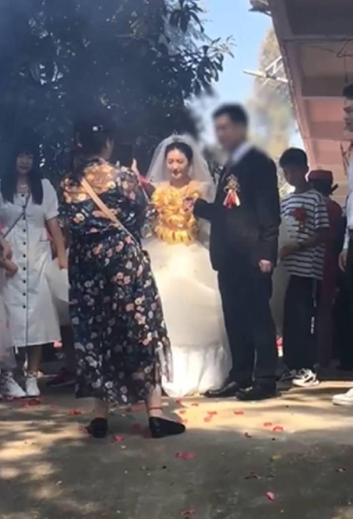 เจ้าสาวประโคมแบกทองคำแท้หนัก 60 กิโลกรัม เข้าพิธีแต่งงาน