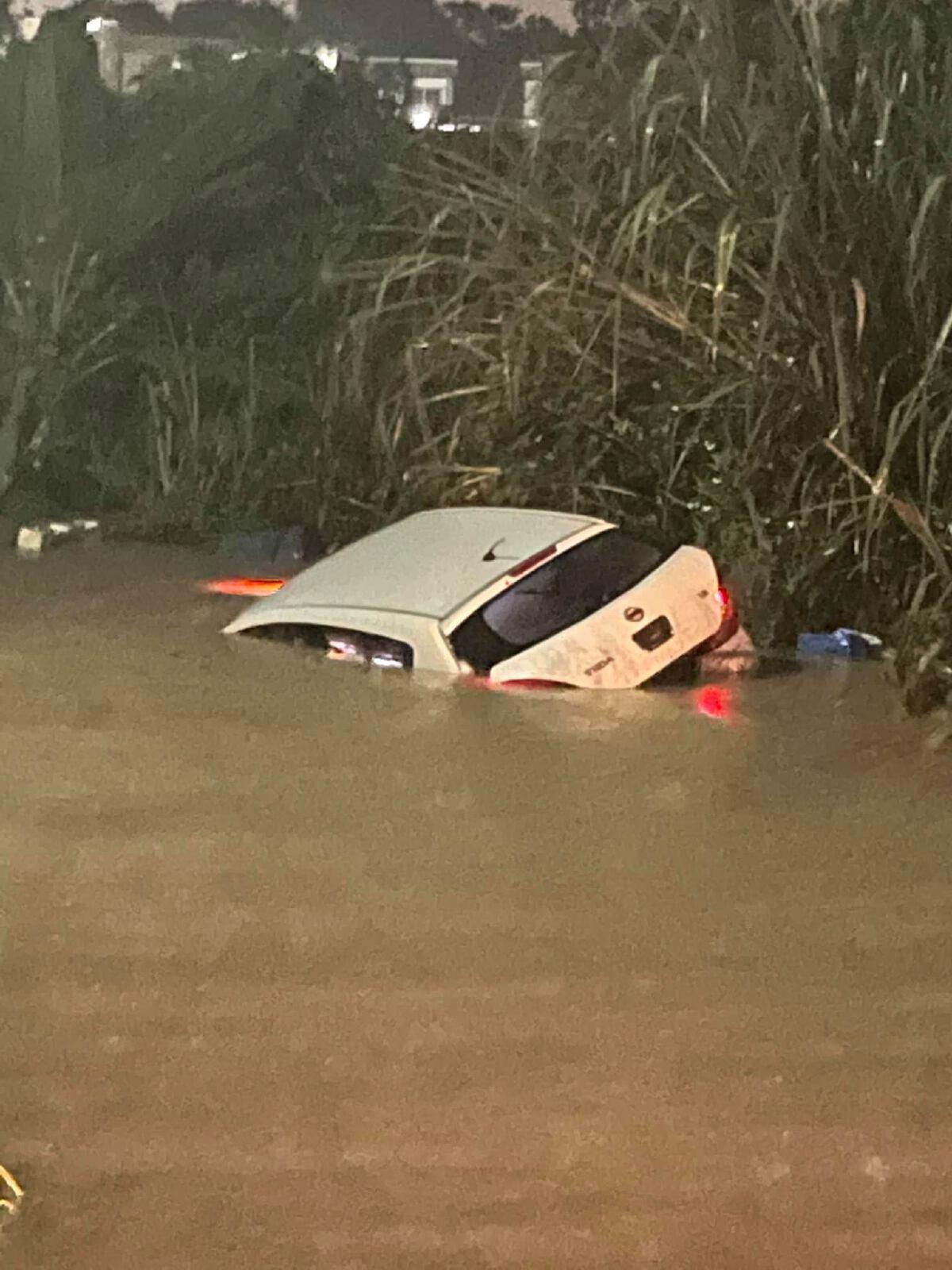 สาวเล่านาทีชีวิต ติดอยู่ในรถโดนกระแสน้ำพัดไปเรื่อยๆ น้ำเข้าจนจะถึงจมูก