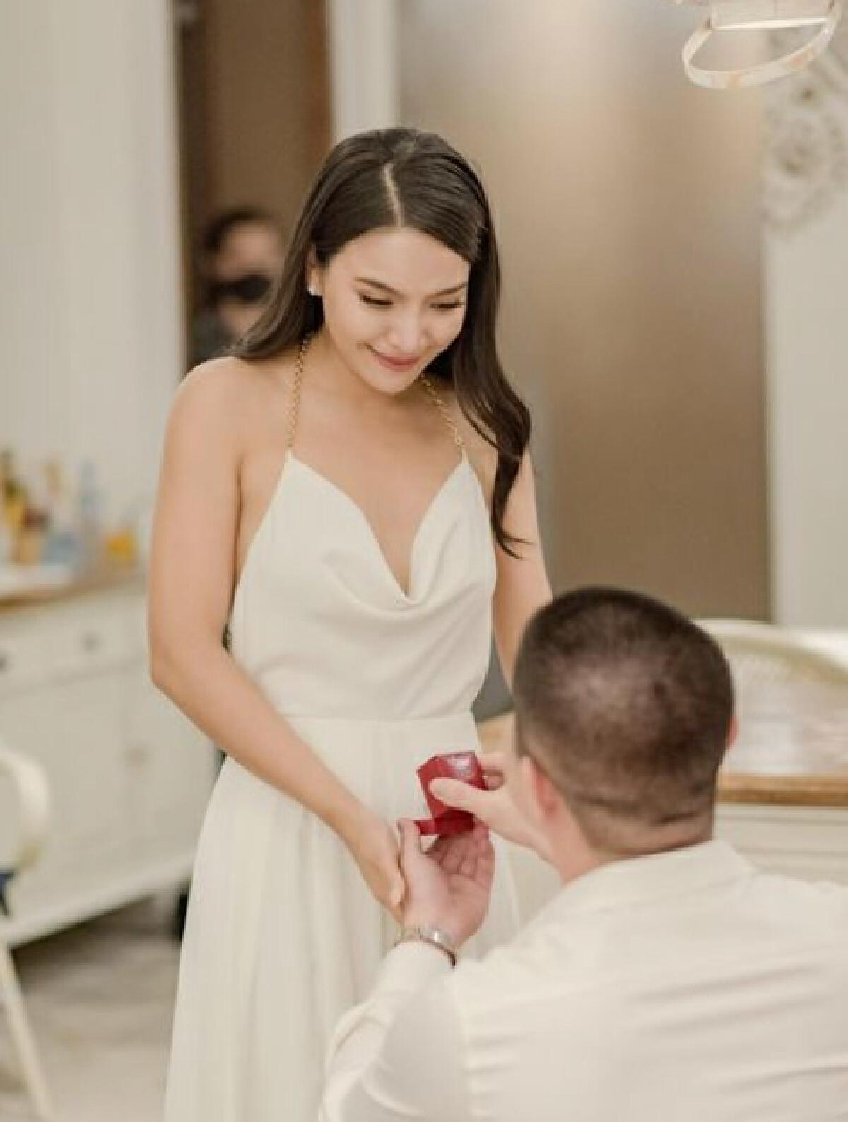 แห่แสดงความยินดี มะปราง วิรากานต์  ถูกแฟนหนุ่ม  คุกเข่าขอแต่งงาน